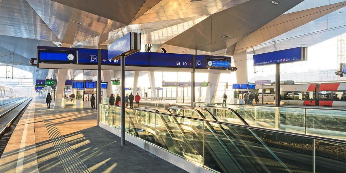 Wien Hauptbahnhof Steiegenaufgang und Blick auf den Bahnsteig