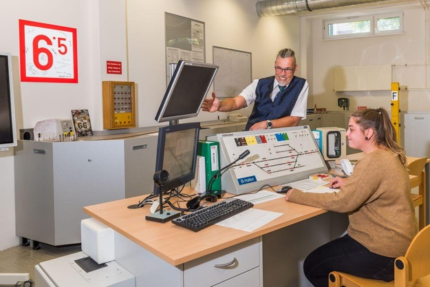 Trainees in the operation of interlockings and electronic user interfaces