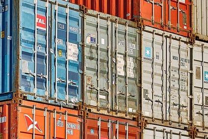 Blick auf einen Containerstapel