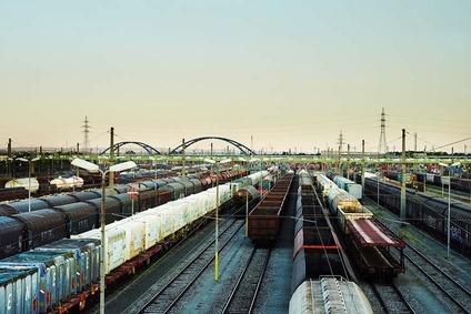 Blick auf einen Güterbahnhof mit vielen Güterwagen