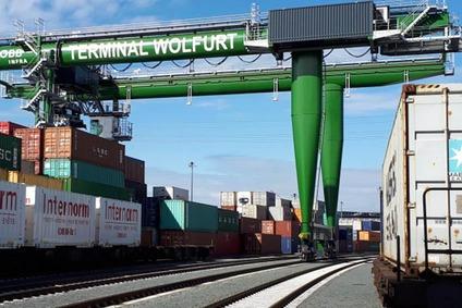 Schienen, Container und Portalkran