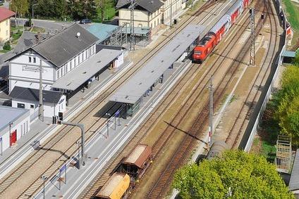 Blick auf einen Bahnhof