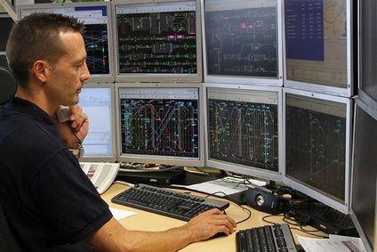 Fahrdienstleiter vor mehreren Bildschirmen