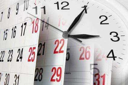 Kalenderblatt mit Uhr