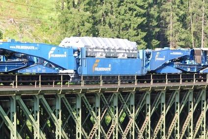 Trafotransport über eine Brücke