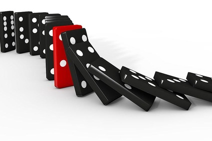 Schwarze und ein roter Dominostein.