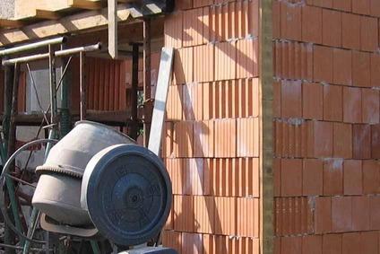 Ziegelwand mit Betonmischmaschine