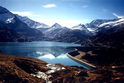 Blick auf einen Stausee mit Bergkulisse