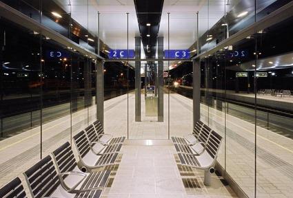Nachtstimmung mit beleuchtetem Bahnsteig am Bahnhof Feldkirch