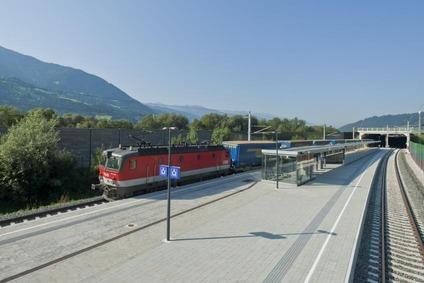 Blick auf einen Zug an einem Bahnhof der Brennerachse