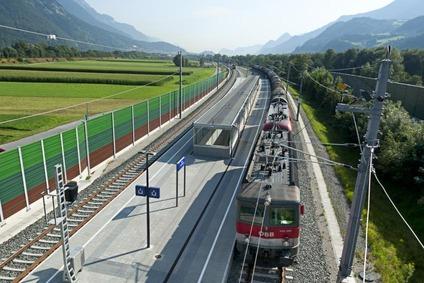 Blick auf Zug an der Brennerachse zwischen Kufstein und Schaftenau