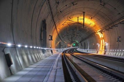 Blick auf die Neubaustrecke im Brenner Basistunnel mit oranger Arbeitsbeleuchtung