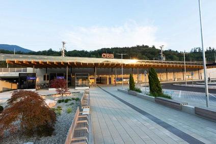Blick von außen auf den Bahnhof Frohnleiten