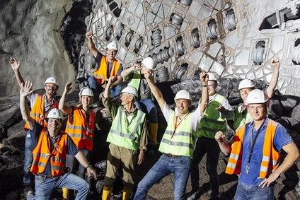 Gruppenfoto der Projektbeteiligten vor der Tunnelbohrmaschine