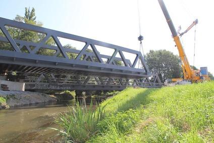 Pushing the Mödlingbach bridge into position