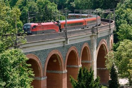 Railjet auf dem Schwarzatal Viadukt bei Payerbach Reichenau.