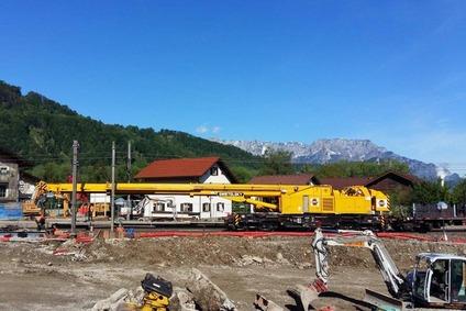 Für den Umbau der Haltestelle Bad Vigaun benötigt man schwere Baugeräte auf Schienen