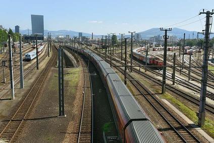 Blick von der Linzer Westseite auf Gleisanlagen Richtung Osten