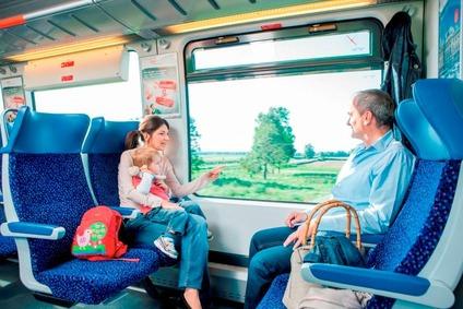 Blick auf Fahrgäste im Zug