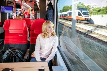 Fahrgäste in einem Zug