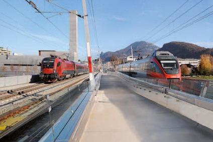Zwei Züge auf der Salzachbrücke