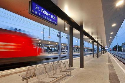 Blick auf den Bahnsteig mit Zug am Hauptbahnhof St. Pölten.