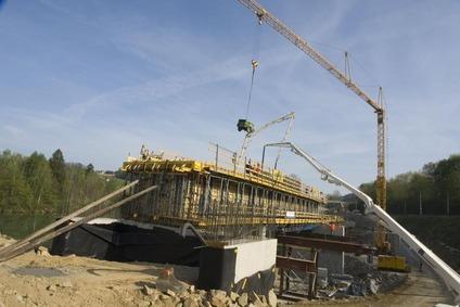 Blick auf Baukran und Taxengrabenbrücke