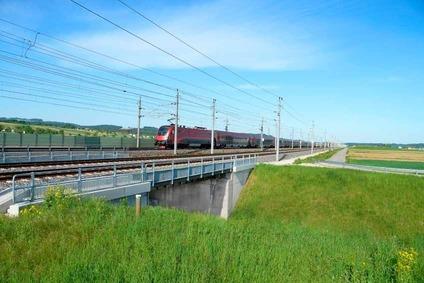Ein Railjet auf der Weststrecke zwischen Ybbs und Amstetten