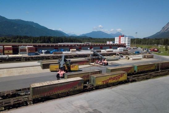 Nahaufnahme des Dry Port Villach mit Stapler und Containern