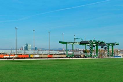 Blick auf den Containerkran des Terminals.