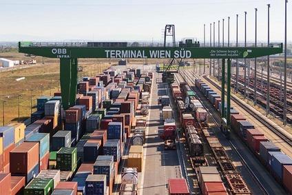 Aufnahme mit Drohne: Überblick über die Betriebsfläche mit Gleisen, Kran und Containern