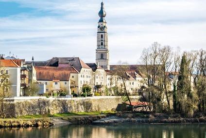 Blick auf Ufer in Braunau am Inn