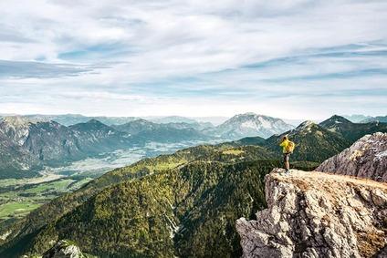 Wanderer am Gartnerkofel und Blick ins Gailtal