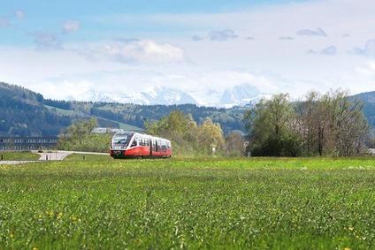 Zug und bergkette im Hintergrund