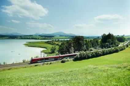 Zug fährt durch grüne Landschaft