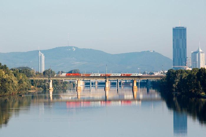 Ein Zug überquert eine Eisenbahnbrücke.