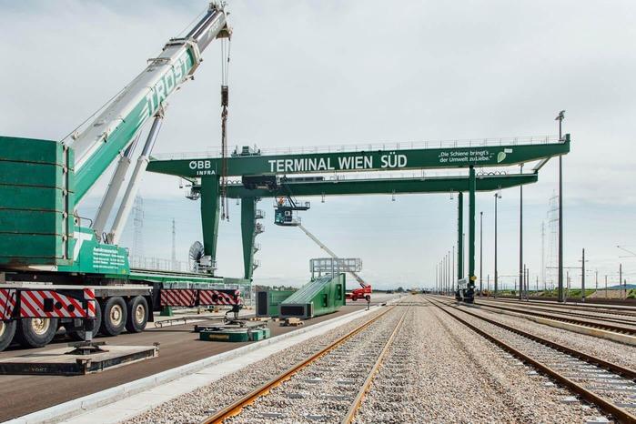 Im Güterzentrum Wien Süd werden die Einzelteile eines Portalkranes zusammengesetzt.