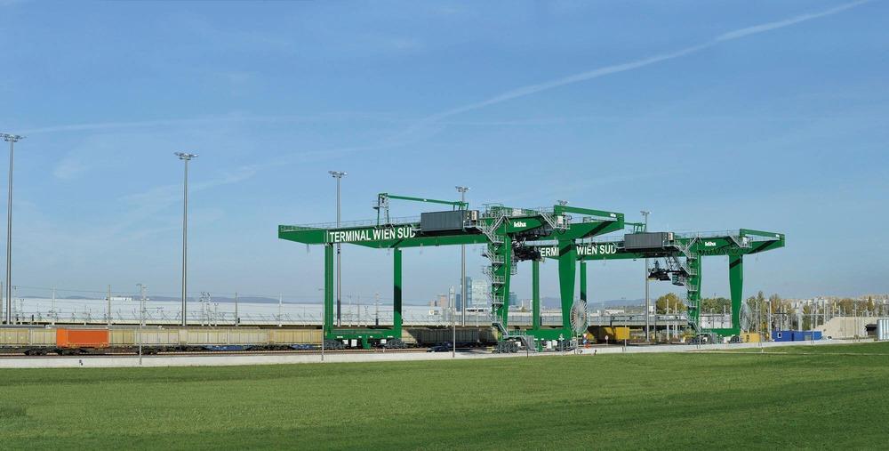 Es ist der Terminalbereich des Güterzentrum Wien Süd zu sehen.