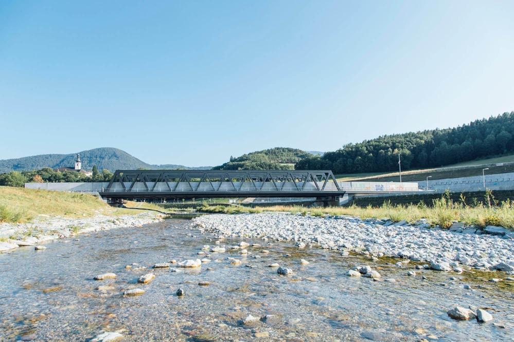 Es wird eine neu gebaute Eisenbahnbrücke gezeigt.