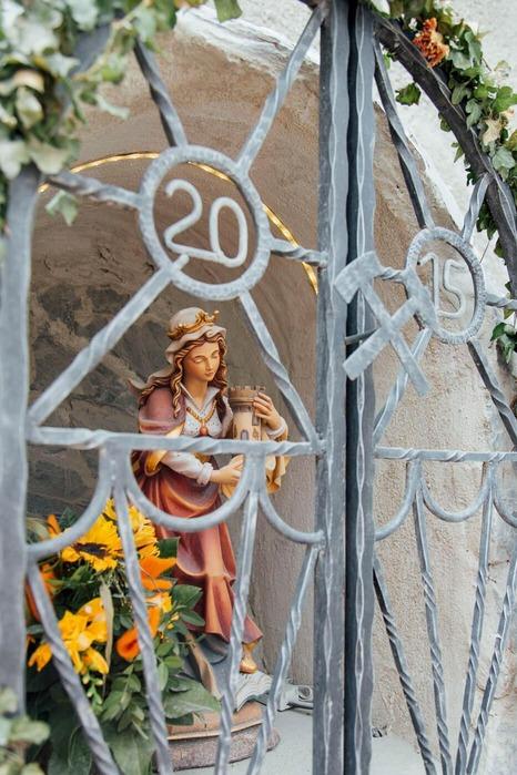 Dieses Foto zeigt eine Statue der Heiligen Barbara.