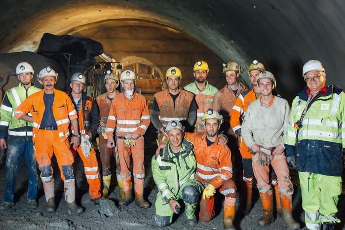 Eine Gruppe Minenarbeiter posiert für ein Foto.