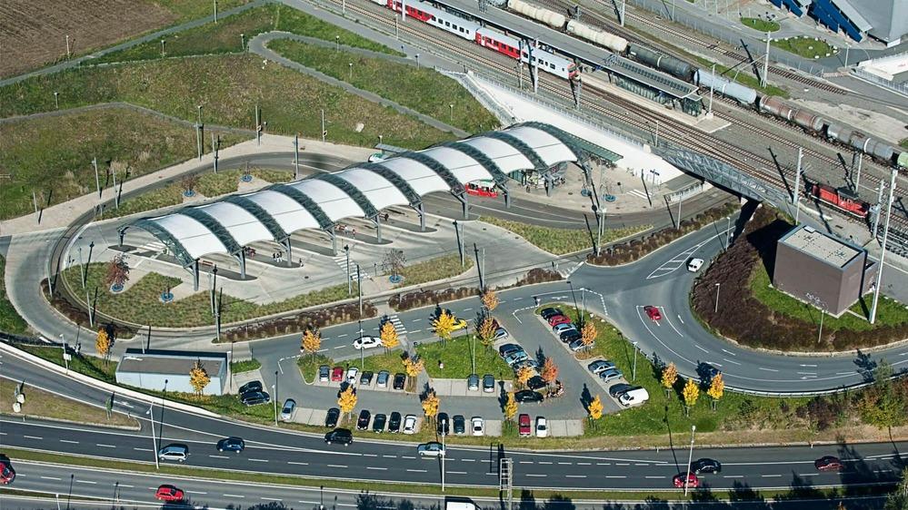 Auf diesem Foto ist eine Luftaufnahme einer Park and Ride Anlage zu sehen.