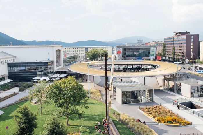 Auf dem Foto sind Luftaufnahmen des Grazer Bahnhofvorplatzes zu sehen. Ein Merkmal dieses Vorplatzes ist das vergoldete Dach.