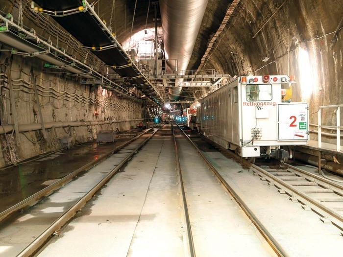 Auf diesem Foto ist ein Tunneleingang zu sehen. Außerdem steht ein Rettungszug bereit.