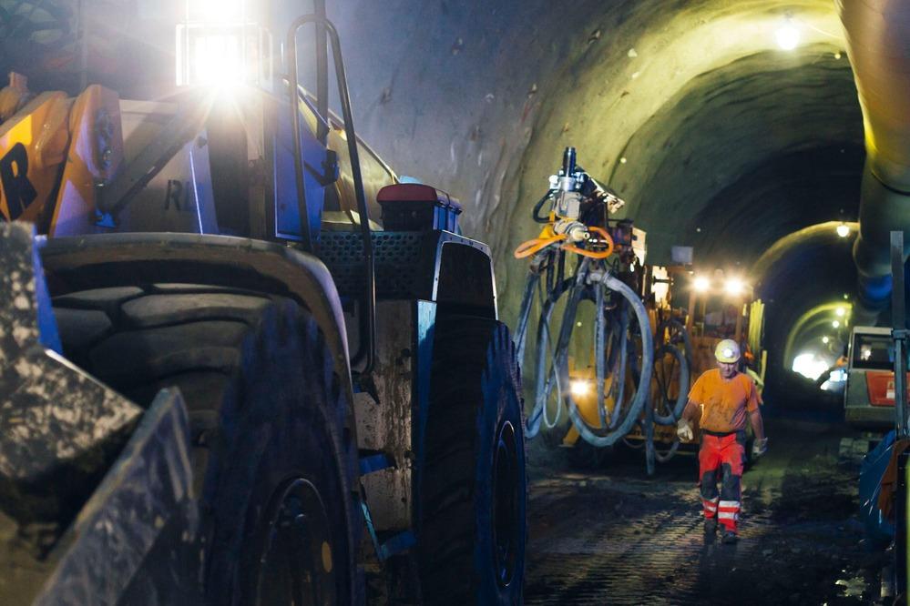 Ein Mineur macht sich auf den Weg zu einem Radlader.