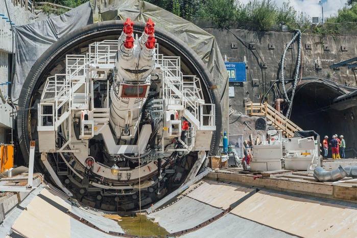 Auf diesem Foto wird die Zusammensetzung einer Tunnelbohrmaschine gezeigt.