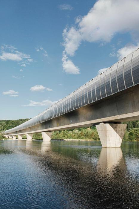 Das Foto zeigt eine Brücke die über einen Fluss gebaut wurde.