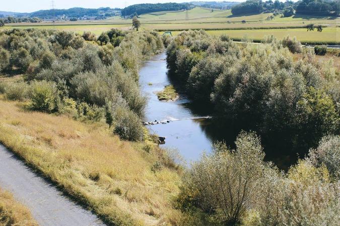 Ein Fluss schlängelt sich durch die Landschaft.