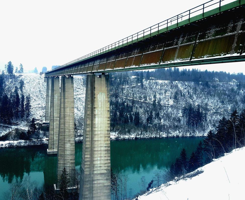 Auf dem Foto ist eine Eisenbahnbrücke zu sehen.