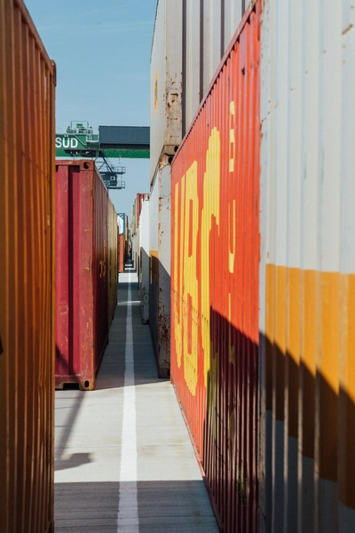 Auf dem Foto sind mehrere Container zu sehen.